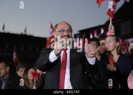 Berlin, Deutschland. 22 Sep, 2017. Martin Schulz gibt zwei Daumen bis zu der Menge. Die Kandidaten für den deutschen - Stockfoto