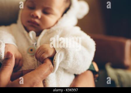 Nahaufnahme des neugeborenen Babys Holding's Vater Finger. Junge in seine Väter Hände. - Stockfoto