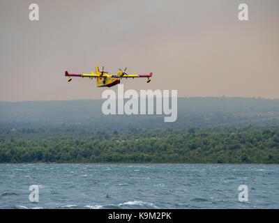 Feuerwehrmann Flugzeug, Wasser Bomber, Druckluftbehälter, Wasser aus dem Meer und Löschmittel Waldbrand in Kroatien, - Stockfoto