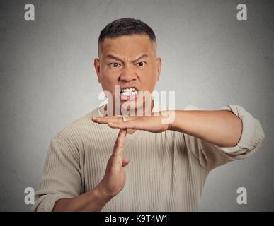 Closeup Portrait Junge schwere zuversichtlich Geschäftsmann, erwachsene Person, Zeit, Geste mit den Händen isoliert - Stockfoto