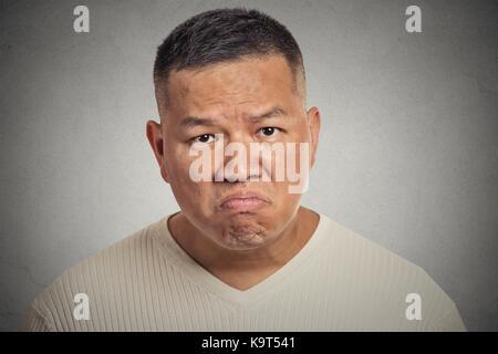 Grantige Mann auf grauen Hintergrund isoliert - Stockfoto