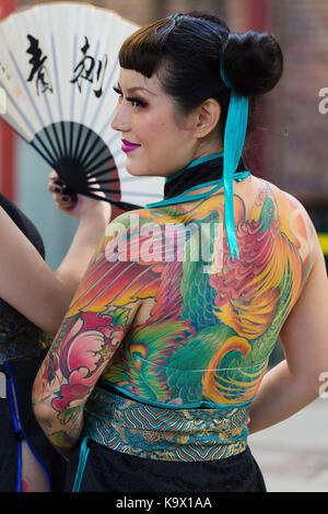London, Großbritannien. 24. September 2017. Eine Frau mit einem stark zurück Tattoed an der London Tattoo Convention - Stockfoto