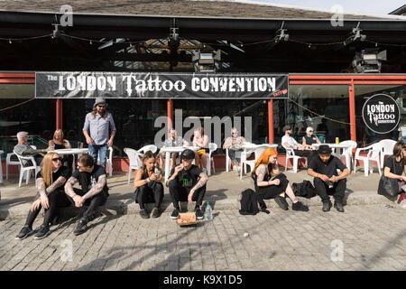 London, Großbritannien. 24. September 2017. Besucher außerhalb der Londoner Tattoo Convention 2017 statt bei Tabak - Stockfoto