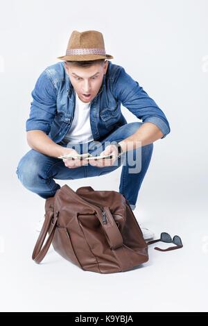 Mann in einem Hut gefunden, Geld in einer Ledertasche - Stockfoto
