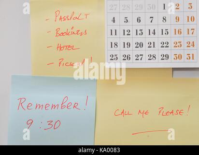 Kühlschrank Kalender : Post it notizen und kalender auf kühlschrank mit erinnerungen an