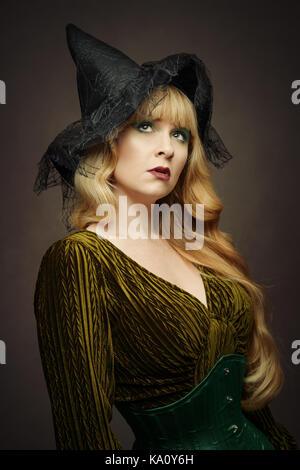 Junge Frau in einem Hexen Hut für Halloween gekleidet - Stockfoto
