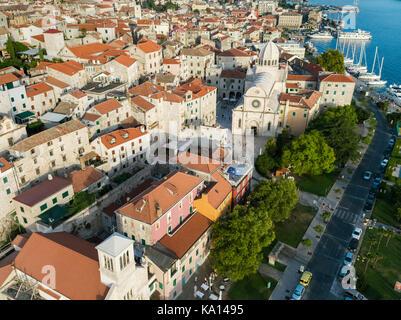 Luftbild der Altstadt von Šibenik mit der Kathedrale von St. James, Kroatien - Stockfoto