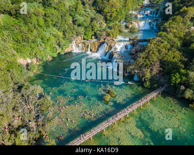 Luftbild mit Skadinski Buk und Brücke im Nationalpark Krka - Stockfoto