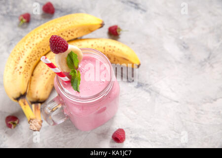 Banane himbeer Smoothie in einem Marmeladenglas - Stockfoto