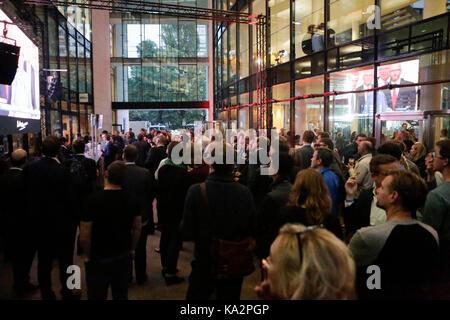 Berlin, Deutschland. 24. September 2017. SPD-Abgeordnete sehen die Wahl Nacht auf den TV-Bildschirmen im Willy-Brandt - Stockfoto