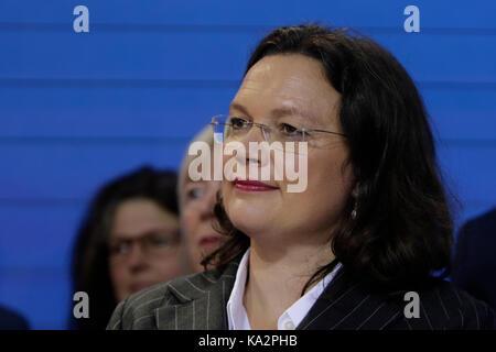 Berlin, Deutschland. 24. September 2017. Andrea Nahles, Minister für Arbeit und soziale Angelegenheiten, hört die - Stockfoto