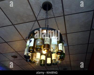 Kronleuchter Mit Flaschen ~ Flaschen die an der decke in ein italienisches restaurant stockfoto