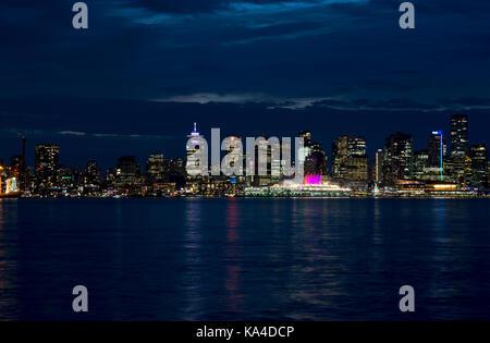 Skyline von Vancouver mit der Innenstadt Gebäude auf das Wasser in der Nacht, als von der North Shore gesehen. Vancouver, - Stockfoto