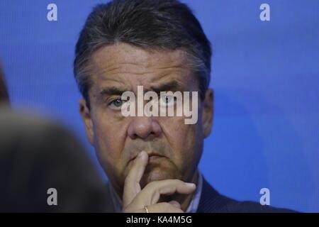 Berlin, Deutschland. 24 Sep, 2017. Sigmar Gabriel, der Minister für auswärtige Angelegenheiten hört auf die Rede - Stockfoto
