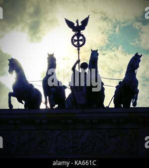 Vier Pferde mit dem Wagen und der Göttin sind das Wahrzeichen der Stadt Berlin in Deutschland. Die Skulptur ist - Stockfoto