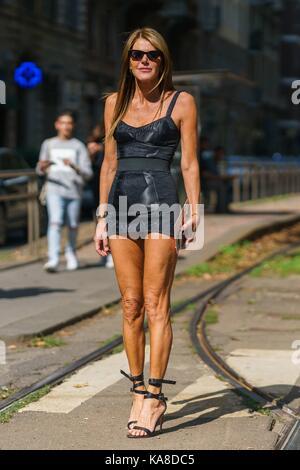 Anna Dello Russo, Herausgeber von Vogue Japan, außerhalb der Dolce&Gabbana Runway Show posiert in Mailand auf der - Stockfoto