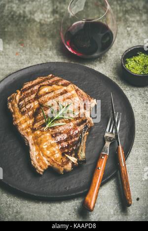Gegrillte hot Rib-eye Rindersteak mit Rotwein - Stockfoto