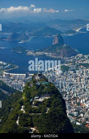 Christus, die Erlöser-Statue auf dem Corcovado und Zuckerhut, Rio de Janeiro, Brasilien, Südamerika - Luft - Stockfoto