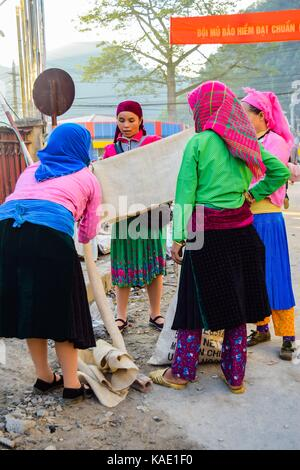 HA GIANG, VIETNAM - November 08, 2015: Frau in der ethnischen Hmong Messe in Ha Giang, Vietnam. Ha Giang beheimatet - Stockfoto