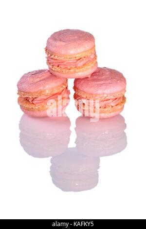 Drei rosafarbenen Macarons auf glänzend weißem Hintergrund - Stockfoto
