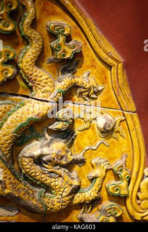 Chinese Dragon tile Skulptur an der Lama Tempel in Peking - Stockfoto