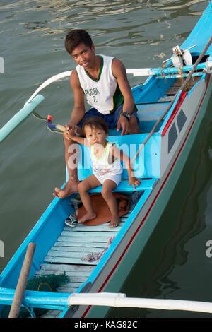 Philippinen Familie - eine philippinische Vater und Kind in ihrem Boot, Coron, Busuanga, Palawan, Philippinen Asien - Stockfoto