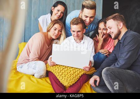 Gruppe der kreativen jungen Freunde hängenden Social Media Konzept. Menschen gemeinsam diskutieren Kreative Projekt - Stockfoto