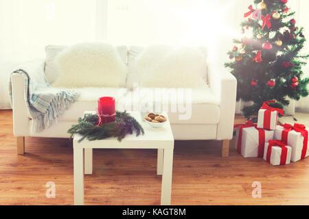 Sofa, Tisch und Weihnachtsbaum mit Geschenken zu Hause - Stockfoto