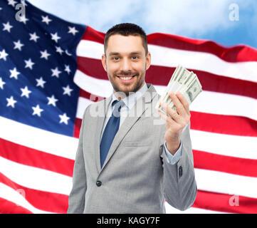 lächelnd Geschäftsmann mit amerikanischen Dollar Geld - Stockfoto