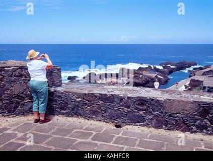 Ältere Frau die Bilder aus der Sicht. Garachico, Teneriffa, Kanarische Inseln, Spanien. - Stockfoto