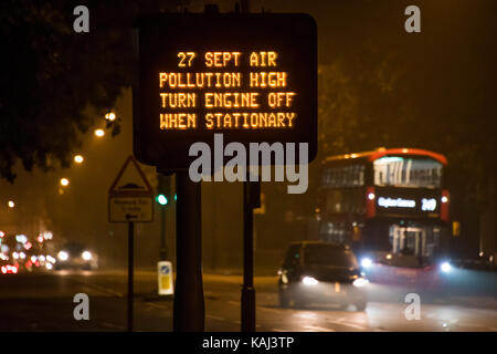 London, Großbritannien. 27 Sep, 2017. Warnungen der Verschmutzung aufgrund von Smoggy Bedingungen in London. Ein - Stockfoto
