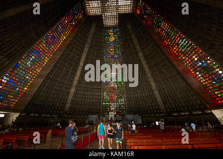 Buntglasfenster und Innenraum der Catedral Metropolitana de São Sebastião, Centro, Rio de Janeiro, Brasilien, Südamerika - Stockfoto