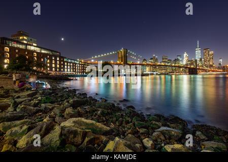 Abend in der Main Street Park mit Blick auf den Financial District von Manhattan und dem neu renovierten Brooklyn Waterfront. Dumbo, Brooklyn, New York Ci Stockfoto