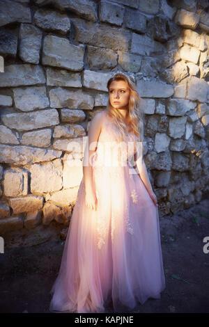 Porträt einer wunderschönen Braut blonde Mädchen in rosa Kleid, Haarschmuck, handgefertigt. Der Zärtlichkeit. Stand - Stockfoto