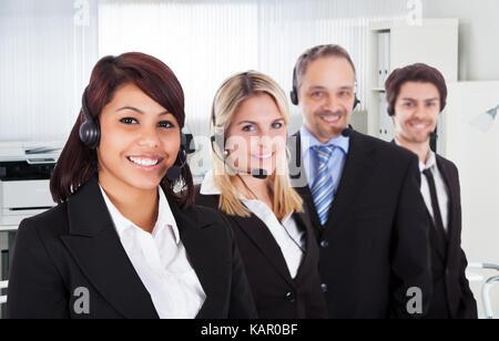 Portrait von zuversichtlich Call center Vertreter lächelnd im Büro - Stockfoto