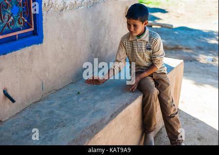 Junge spielt an der Vorderseite des Hauses - Stockfoto
