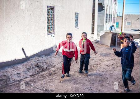 Kinder spielen mit Wasser Waffen - Stockfoto