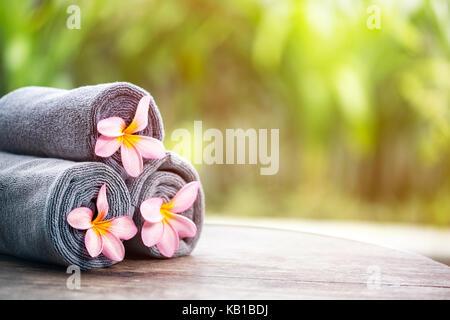 Tropical Spa, schöne frische Pink frangipani Blume, im Freien Spa - Stockfoto