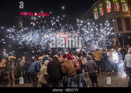Correfocs gehören zu den auffälligsten Merkmale in der katalanischen Festivals präsentieren. In der Correfoc, eine - Stockfoto