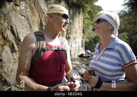 Senioren Paar, Wandern, Urlaub in den Bergen, frasnedo, Lago di Como ...