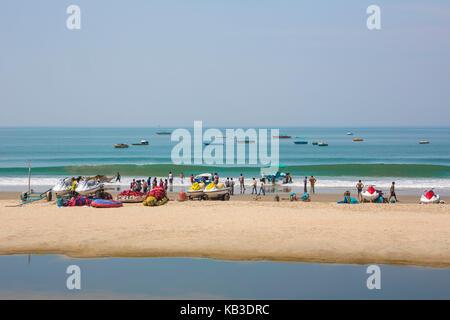 Indien, Goa, Strand von colva, Touristen und Stiefel am Strand - Stockfoto
