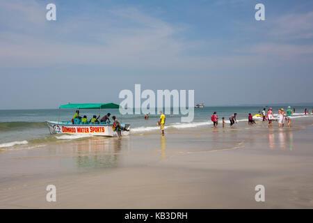 Indien, Goa, Strand von colva mit Touristen - Stockfoto