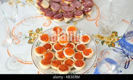 Caviar canape' auf Luxus Tisch. Roter Kaviar und Fisch Erdbeeren auf den Tisch. Hochzeit - Stockfoto