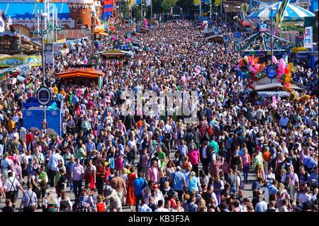 Oktoberfest in München, Blick auf die Bayern auf den vollen Straßen mit Gästen, - Stockfoto