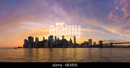 Panorama Skyline und den East River bei Sonnenuntergang, New York, USA - Stockfoto
