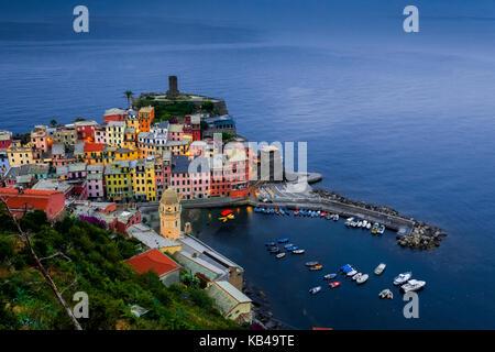 Blick auf Vernazza von einem Hügel. Eines der Dörfer der Cinque Terrre, Vernazza ist entlang der Italienischen Riviera - Stockfoto