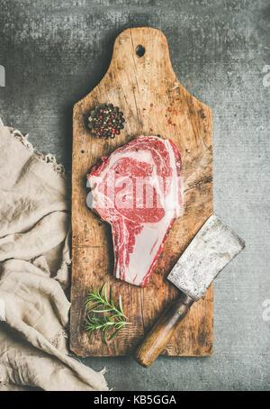 Fleisch Abendessen Konzept mit rohem Rindfleisch Steak Entrecôte mit Gewürz - Stockfoto