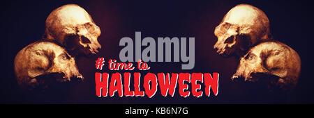 Digitale zusammengesetzte Bild von Zeit zu Halloween Text gegen hohe Betrachtungswinkel von menschlichen Schädeln - Stockfoto