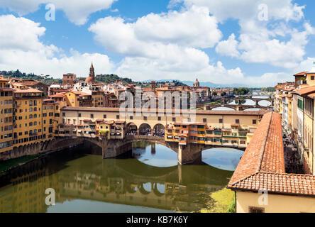 Blick auf den Ponte Vecchio und den Arno von den Uffizien, Florenz, Italien.