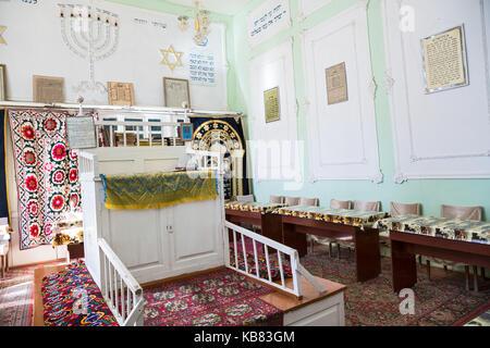 https://l450v.alamy.com/450vde/kb83gm/buchara-usbekistan-oktober-19-2016-das-interieur-der-ersten-synagoge-in-buchara-bima-ist-die-plattform-in-der-mitte-der-synagoge-und-ein-kb83gm.jpg